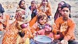 पेट की खातिर संगम की रेती बनी बच्चों का रंगमंच