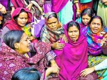 जवान बेटे की मौत के बाद फूट-फूट कर रोती मां और ढांढस बंधातीं पड़ोस की महिलाएं।