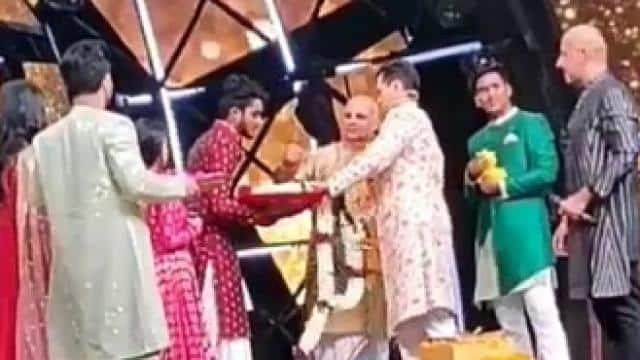 Image result for नेहा कक्कड़ की हो गई आदित्य नारायण से 'शादी', सामने आया जयमाला का वीडियो नेहा कक्कड़ की हो गई आदित्य नारायण से 'शादी'