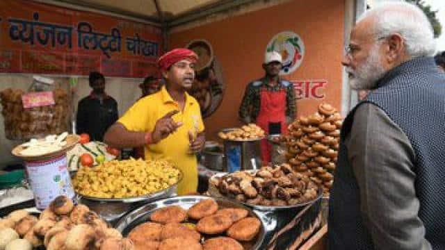 प्रधानमंत्री नरेंद्र मोदी ने अल्पसंख्यक कार्य मंत्रालय की ओर से नई दिल्ली के इंडिया गेट लॉन में आयोजित 'हुनर हाट' में बिहार व्यंजन लिट्टी-चोखा का स्वाद लिया।