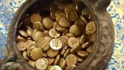 मंदिर में खुदाई के दौरान मिले कलश में मिले 500 से ज्यादा सोने के सिक्के, देखें फोटो