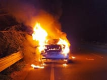 धू-धू कर जल गई कार, बाल-बाल बचे दो सवार