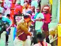 रानीपुर अड्डा मोहल्ले में शराब तस्कर को पकड़ने गई पुलिस पर हमला करते स्थानीय लोग।