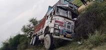 उरई में मौरंम भरा ट्रक पलटा, चालक - हेल्पर घायल