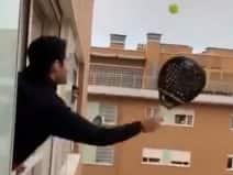 आइसोलेशन में होने के बाद खिड़की खोलकर टेनिस खेल रहे युवा, VIDEO वायरल