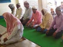 कोरोना महामारी के संक्रमण से बचने के लिए नमाजियों ने अपने घर पर ही जुमे की नमाज अदा की।