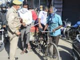 if hindustan warns police lashes out removes crowd from road