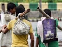 राशन-रुपये खत्म हुए तो पैदल ही जौनपुर के लिए निकल पड़ा दिव्यांग