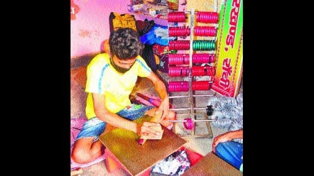 लॉकडाउन के दौरान अपने घर में लाह का प्रोडक्ट बनाता झाबर मल।