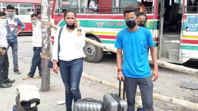 रोडवेज चालक की मनमानी से यात्रियों को हुई परेशानी, बोले-दिल्ली से मुम्बई के लिए पकड़नी थी फ्लाइट, पलिया से शाहजहांपुर लाकर छोड़ा