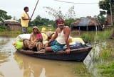 सड़कों पर चल रही नाव, घरों में कैद हुए लोग