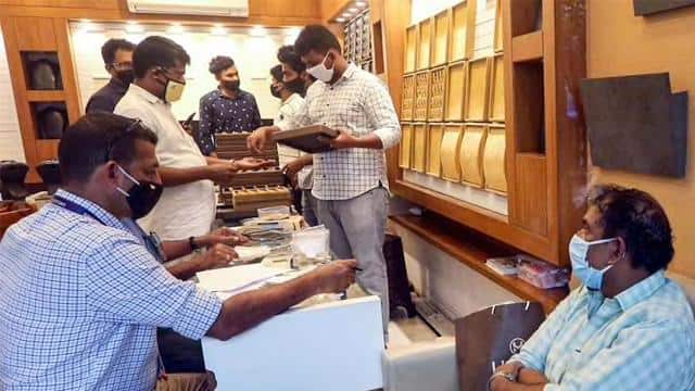 smuggling 300 kg gold in 13 lots demand for inquiry from kerala chief minister pinarayi vijayan inte