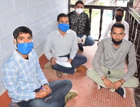 कर्मचारियों ने आवास आवंटन में अनियमितताओं पर धरना दिया