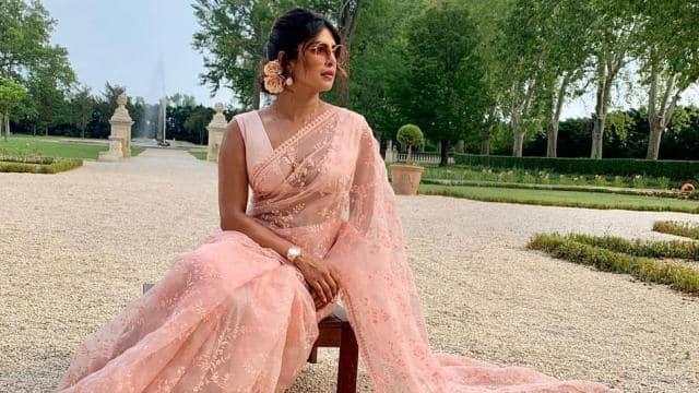 Raksha Bandhan Outfits : राखी पर घर पर रखी किसी भी साड़ी को ऐसे दें फ्यूजन लुक, जानें 5 टॉप स्टाइल