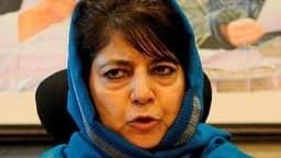 कश्मीर में महबूबा को बड़ा झटका, PDP के 3 नेताओं ने एक साथ दिया इस्तीफा