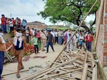 बल्लियों के सहारे रुका निर्माणाधीन छज्जा गिरा, एक युवक की मौत