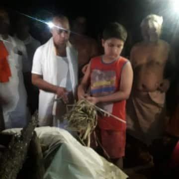 12 साल के बेटे ने दी पत्रकार को मुखाग्नि