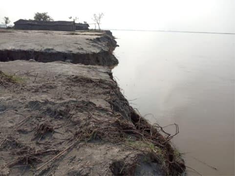 कटान से साधू का पूरवा में दो घर कट कर घाघरा नदी में विलीन