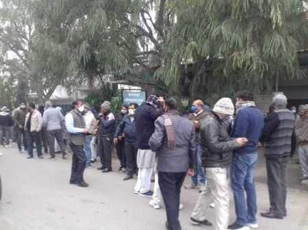 मेरठ : पूर्व एमएलसी ओमप्रकाश शर्मा के आवास पर शोक जताने उमड़ी भीड़