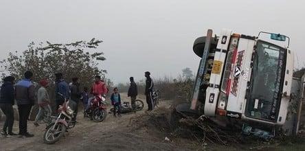 खनन विवाद में डम्पर व कार चालक ने टक्कर मारी, दो ग्रामीण गंभीर