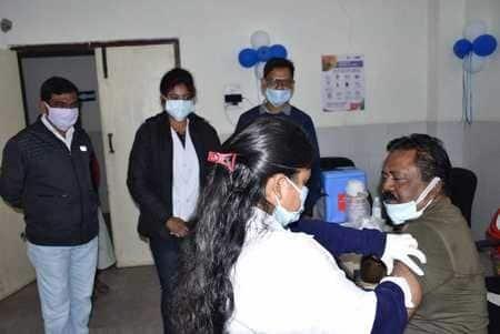 सदर अस्पताल में कोरोना टीकाकरण के दूसरे दिन सोमवार को सिर्फ 30 स्वास्थ्य कर्मचारियों ने टीका...