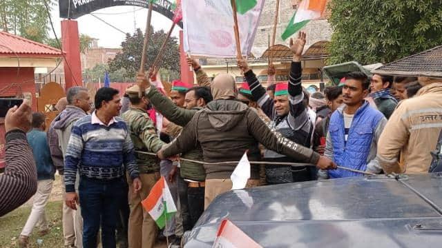 कानपुर : झंडारोहण के बाद किसानों के समर्थन में सपा कार्यकर्ताओं का प्रदर्शन