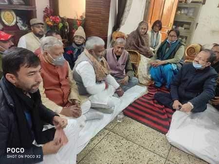 भाजपा के प्रदेश अध्यक्ष स्वतंत्र देव सिंह ने पूर्व एमएलसी ओमप्रकाश शर्मा के घर जाकर शोक संवेदना व्यक्त की
