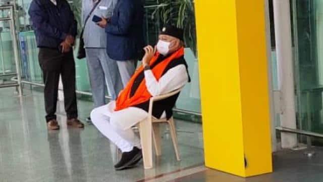 जानिए क्यों लखनऊ एयरपोर्ट पर धरने पर बैठे प्रधानमंत्री नरेंद्र मोदी के भाई प्रहलाद मोदी