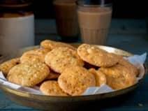 त्योहार हो या शाम का नाश्ता परफेक्ट है प्याज की मठरी, नोट करें टेस्टी Recipe
