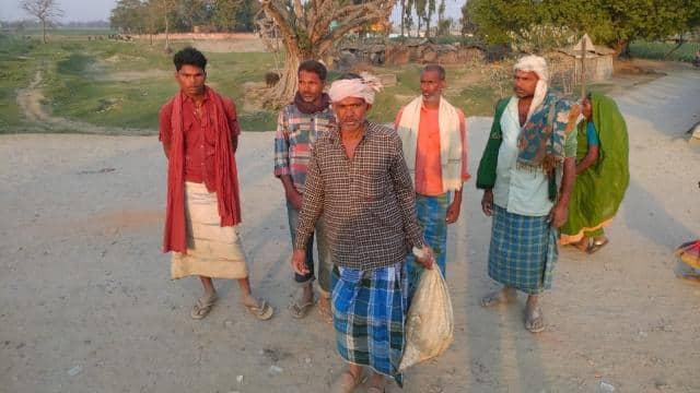 बिहार में बोरे में बेटे का शव ढ़ोने वाले लाचार पिता की तस्वीर वायरल में कार्रवाई, दो पुलिस अधिकारी सस्पेंड