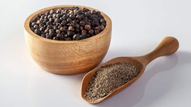 बदलता मौसम कर सकता है बीमार! रोजाना काली मिर्च के इस्तेमाल से सर्दी-जुकाम से होगा बचाव