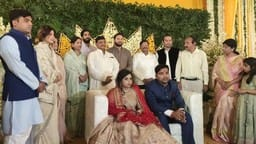 after seeing shivpal in saifai akhilesh touched the feet mulayam clan in the ring ceremony of sister