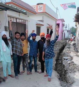 कुंदनपुर में जेसीबी से खोद दी सड़क, हंगामा