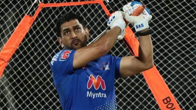 IPL 2021: नेट्स पर सीएसके के कप्तान महेंद्र सिंह धोनी ने लगाया एक हाथ से छक्का- Video हुआ वायरल