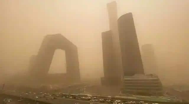PHOTOS: चीन में धूल भरी आंधी का कहर, सैंकड़ों हवाई यात्राएं रद्द