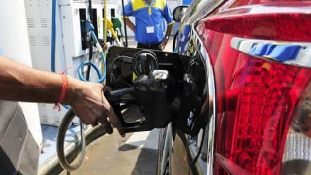 Petrol Price Today: कच्चा तेल और हुआ महंगा पर पेट्रोल-डीजल में आज भी राहत, चेक करें अपने शहर का नया रेट