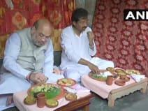 रिक्शा चालक के घर पहुंचे होम मिनिस्टर अमित शाह, जमीन पर बैठ किया भोजन