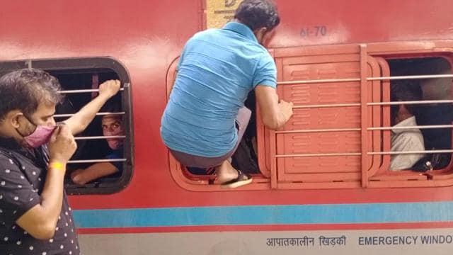 लॉकडाउन के डर से घर वापसी शुरू, मुंबई-सूरत छोड़ रहे प्रवासी मजदूर, ट्रेनों में खचाखच भीड़