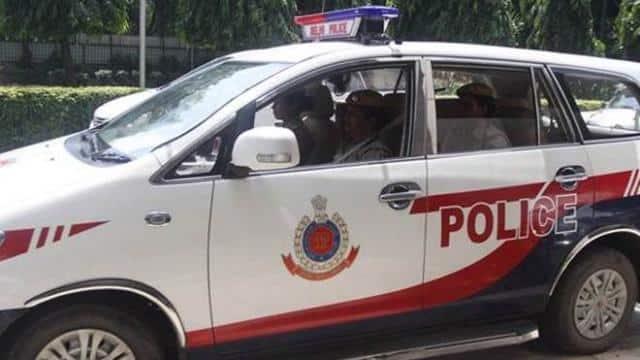 कोरोना: गांव में हो रहे समारोह को रोकने पहुंची पुलिस पर गांव वालों ने बरसाये डंडे और पत्थर, 12 गिरफ्तार