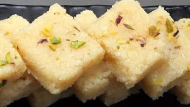 Ashtami  Bhog: महागौरी को बेहद पसंद है नारियल का प्रसाद, भोग लगाने के लिए इस तरह बनाएं नारियल की बर्फी