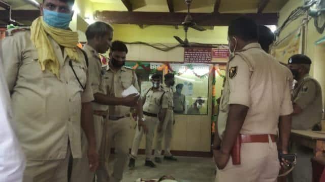 भोजपुर में दिनदहाड़े बैंक से लूटे 2.38 लाख, फायरिंग में एक बदमाश घायल