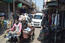 अफसरों ने बाजार में उताकर कराया लॉकडाउन का पालन