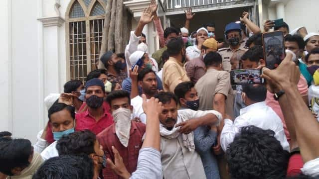 Gorakhpur: The Imam of the mosque was beaten by the inspector, suspended after the ruckus