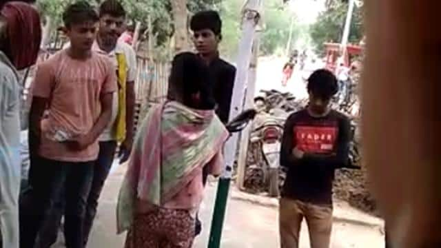 थाने में मनचले लड़कों पर टूट पड़ी किशोरी, दारोगा के सामने की चप्पलों से पिटाई, वीडियो वायरल
