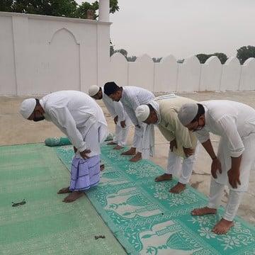 कुंडा के अधिकांश इलाके में गुरुवार को ईद का त्योहार अकीदत के साथ मनाया गया। ईदगाह में पांच नमाजियों ने सोशल डिस्टेंसिंग के साथ नमाज अदा की। बाकी...
