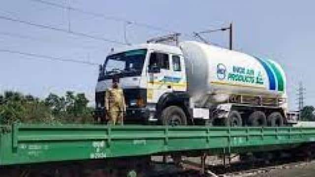 अब बांग्लादेश जा रही ऑक्सीजन एक्सप्रेस, पड़ोसी देश में 200 मीट्रिक टन 'सांसें' लेकर पहुंचेगी ट्रेन