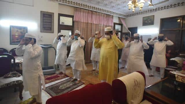 ईद मुबारक: पीएम नरेंद्र मोदी समेत इन नेताओं ने दी शुभकामनाएं, नमाज के लिए यहां दिखी लोगों की भारी भीड़