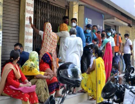 छुट्टी बाद खुले बैंकों व एटीएम पर जुटी लोगों की भीड़