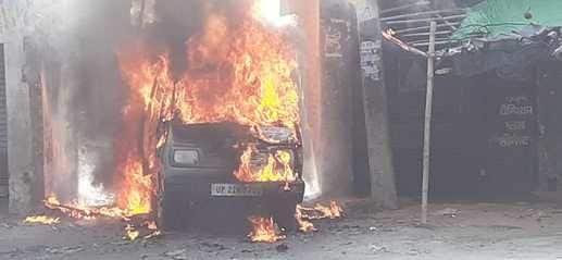 अचानक धू धू कर जल उठी सड़क किनारे खड़ी गाड़ी