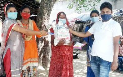 जसपुर में भाजपा महिला पदाधिकारियों ने बांटा राशन